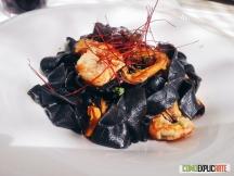 Pasta casera de tinta de calamar con marisco